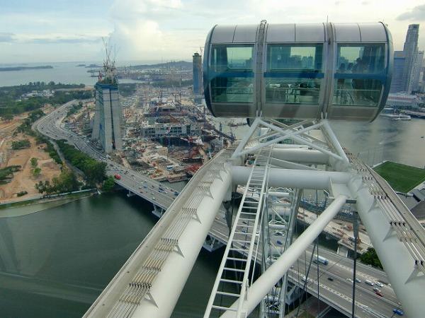 シンガポールフライヤーの巨大なゴンドラ 下に見えるのは建設中のカジノ マリーナベイサンズ